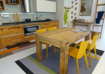 Tavolo in legno con bulloni