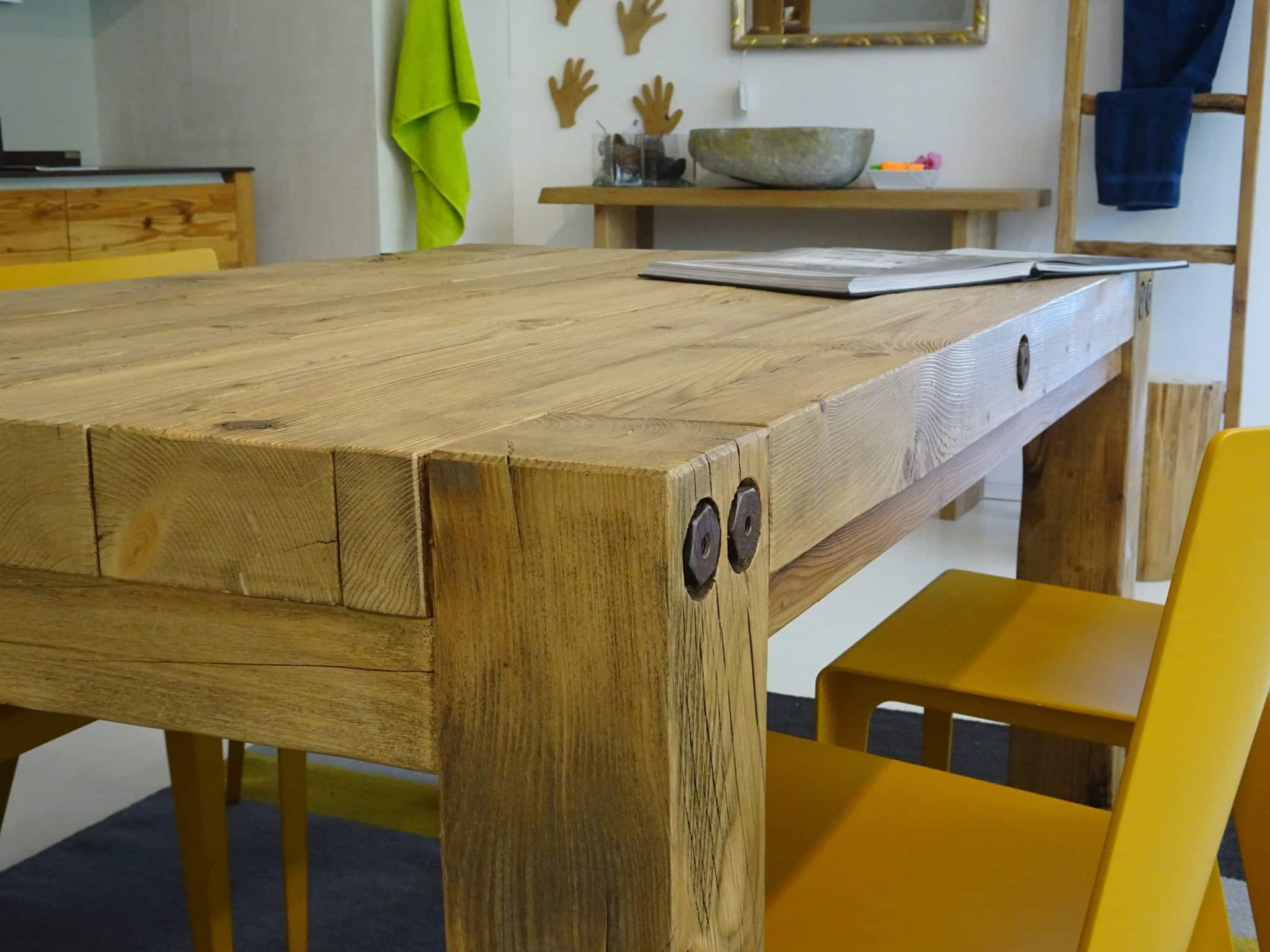 Tavolo abete vecchio con bulloni